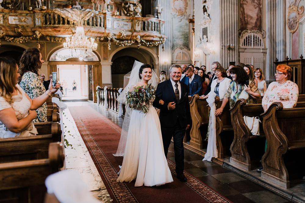 zdjecie-pokazuje-fotografa-ślubnego-w-Warszawie