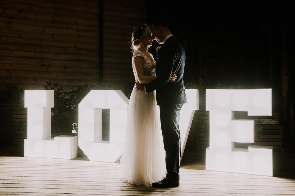 napis-love-dekoracja-miedzy-deskami