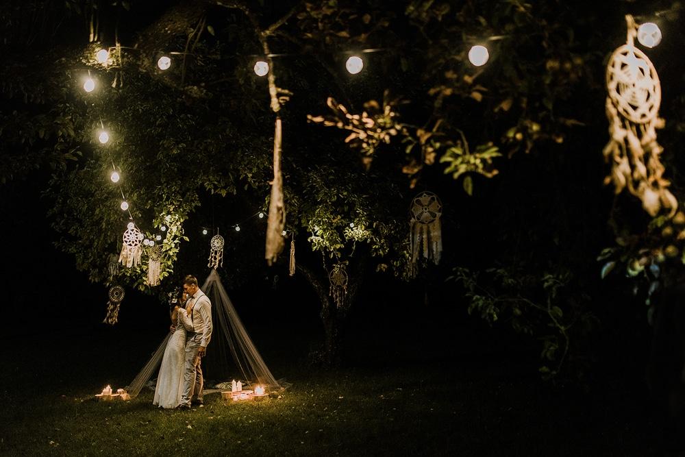sesja-ślubna-w-ogrodzie-osady-dębowo-w-kiersztanowie-z-łapaczami-snów