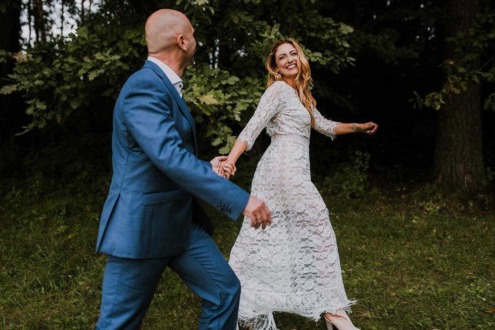 zdjęcia-pokazuje-fotografie-ślubne-z-Olsztyna