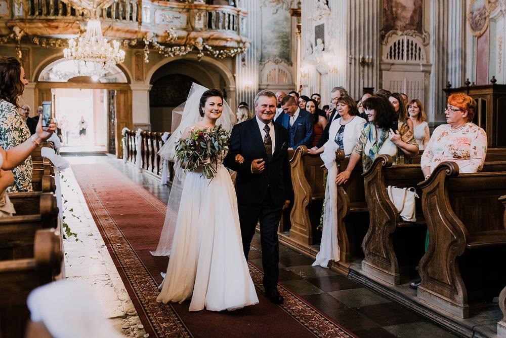 tata-prowadzi-córkę-na-ślubie-w-kościele-świętej-anny-warszawa