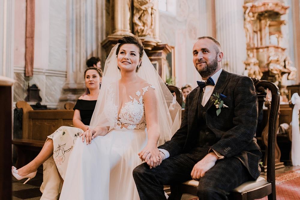 zdjecie-pokazujące-ślub-w-kościele-św-Anny-w-warszawie