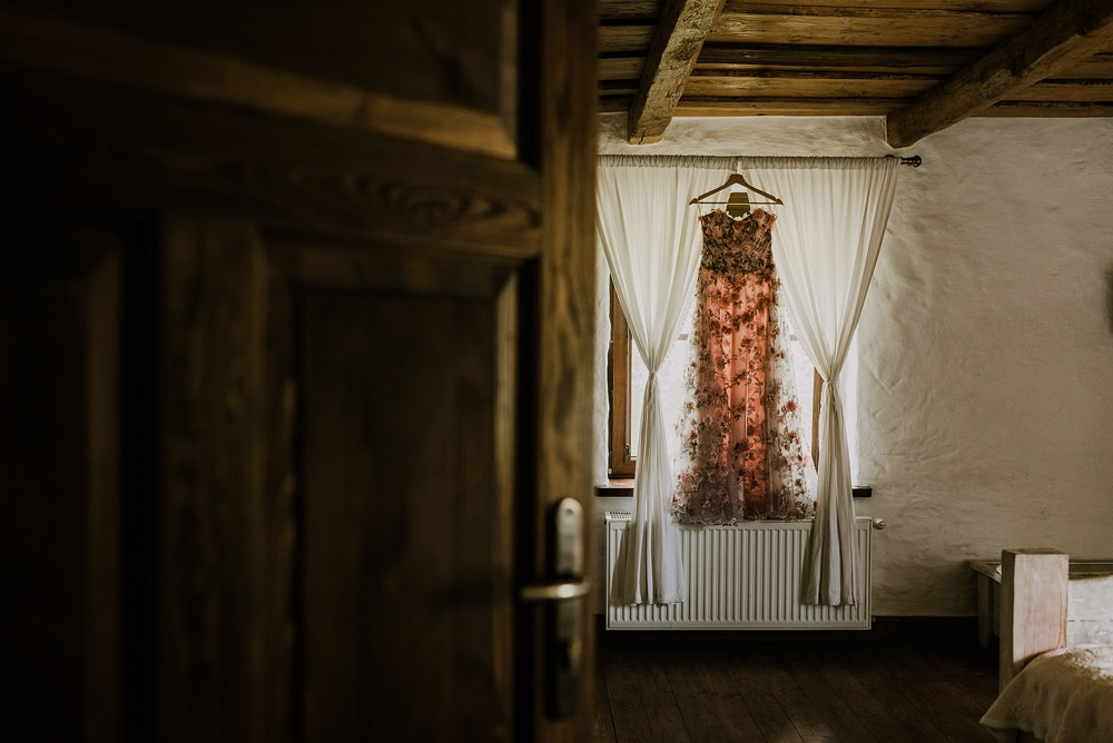 suknia-slubna-wisi-na-oknie-w-mazurskim-siedlisku-kruklin