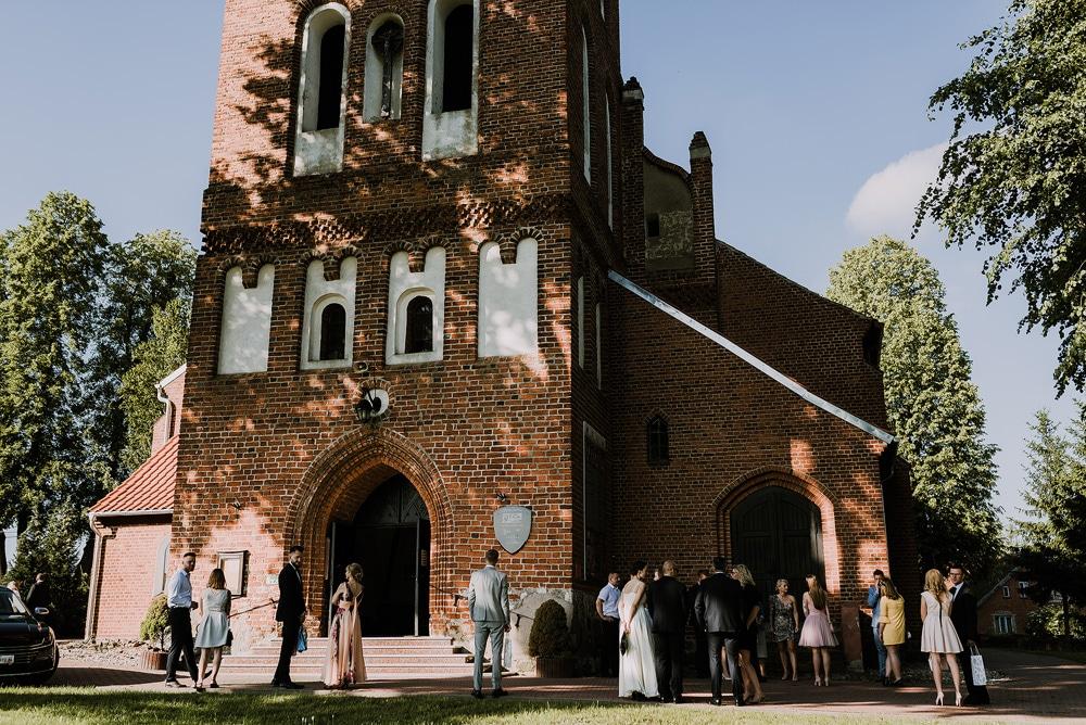 ślub-w-bartągu-kościół