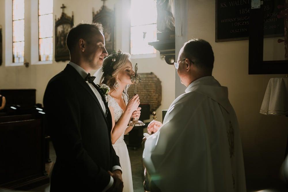 państwo-młodzi-podczas-ślubu-kościelnego-w-warszawie