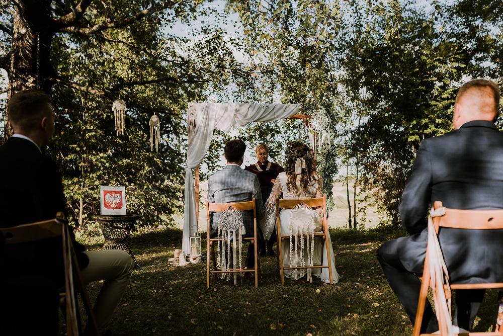 państwo-młodzi-podczas-ślubu-cywilnego-w-plenerze