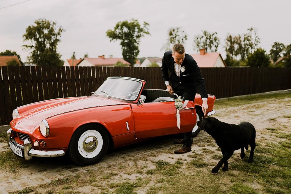 zabytkowy-czerwony-samochod-triumph-do-slubu