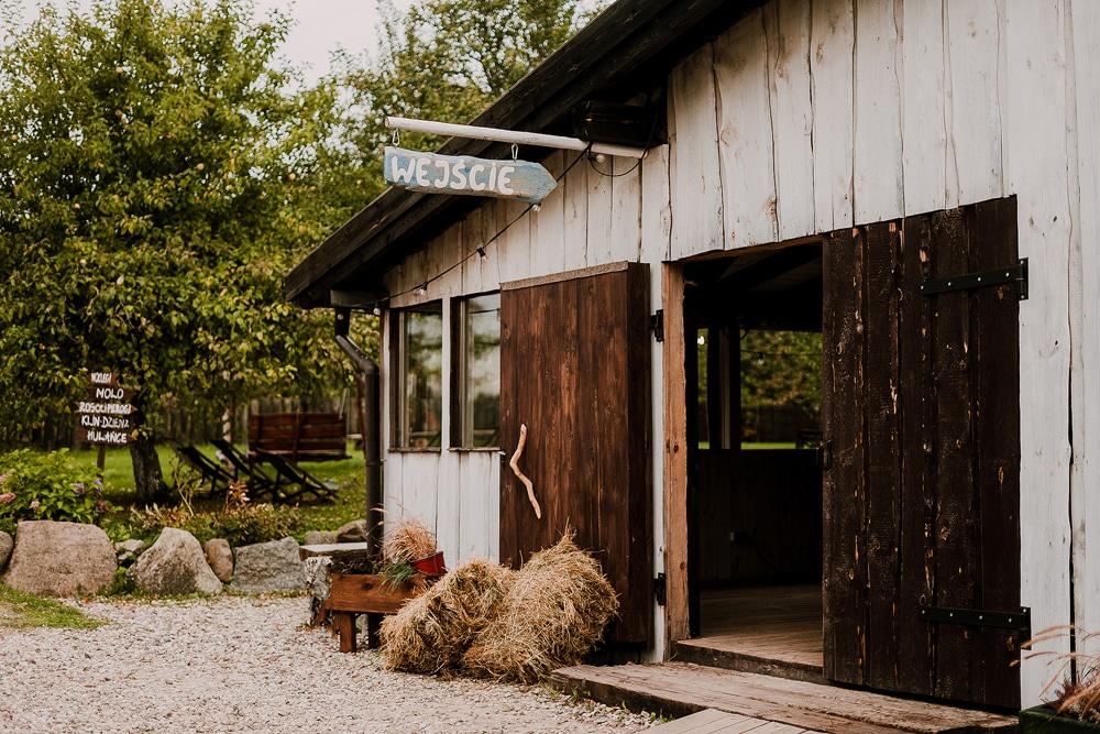 wejscie-do-stodoły-w-osadzie-dębowo